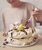 Baiserkuchen mit Birnen und Schokoladensauce