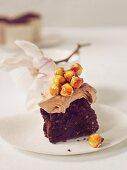 Schokoladenkuchen mit Schokosahne und karamellisierten Haselnüssen