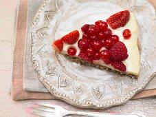 Coconut macaroons with fresh berries and vanilla cream