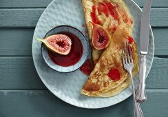 Pancakes with baked figs and fig sauce