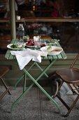 Tisch vor Restaurantfront mit verschiedenen Vorspeisen