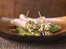 Gefüllte Putenröllchen mit Sellerie-Apfel-Salat auf Avocado