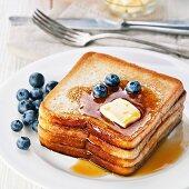 French Toast mit Blaubeeren, Ahornsirup und Butter