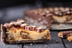 Cheesecake with chocolate and caramel biscuit bars