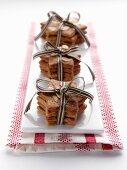 Sernförmige Weihnachtsplätzchen mit Schleifenbändern zum Verschenken