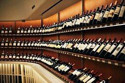 Weinregale im 'Vintry Fine Wines' am Nordrand von Battery Park, Downtown Manhattan, New York, USA