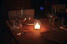 Tisch mit Kerzenlicht in der Weinbar 'The Four Horsemen' in Williamsburg, Brooklyn, New York, USA