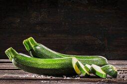 Zucchini (angeschnitten), Salz und Pfeffer