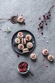 Rohkost-Kokos-Macarons mit Erdbeerfüllung