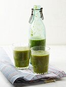 Rosehip and mint smoothies with pears and spinach