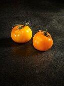 Zwei gelbe Tomaten der Sorte Honey & Sugar