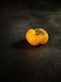 Eine gelbe Tomate der Sorte Sandburg