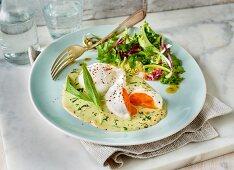 Pochierte Eier auf Bärlauchsauce mit Beilagensalat