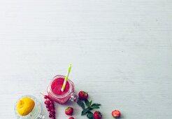 Roter Beeren-Mocktail mit Zitrone