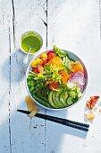 Feelgood Buddha Bowl mit verschiedenem Gemüse, Avocado und Lachs