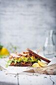 Caesar Salad Sandwich mit Honey-Lemon-Chicken