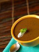 Schwarze Bohnensuppe in einer Schale
