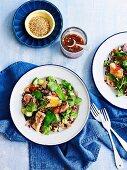 Reissalat mit Lachs, Zuckerschoten, Gurken und Sesam