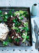 Lammkoteletts mit Sumach, Koriander und grünem Hummus dazu Fladenbrot