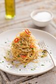 Spaghetti Aglio Olio con Peperconcine mit Petersilie und Parmesan