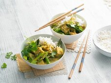 Yellow curry with tofu and green asparagus