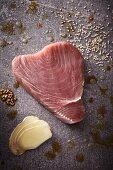 Rohes Thunfischsteak mit Sesam und Ingwerscheiben