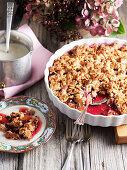 Marzipan-Crumble mit Pflaumen und Holunderbeeren