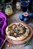 Feigenpie mit Brie, Walnüssen und Honig