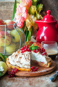 Apple pie with red currants and meringue