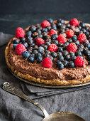 Rohe vegane glutenfreie Schokoladentarte mit Beeren