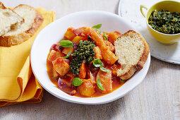 Vegetarischer Winter-Eintopf mit grobem Pesto