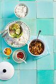 Rindfleischeintopf mit Erdnüssen, Reis und Gurkensalat