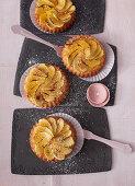 Sponge vanilla tartlets with grilled apple wedges