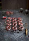 Schokoladen-Donuts mit Schokoglasur und roten Zuckerherzen