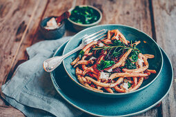 Pasta with beetroot, flower sprouts, red onions and vegan goat's cheese