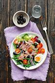 Salat mit Thunfisch, grünen Bohnen, Tomaten und Ei