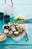 Verschiedene Inside-Out-Rolls mit Sojasauce, Ingwer und Wasabi
