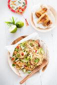 Reisnudelsalat mit Gurke, Frühlingszwiebeln und Chilis (Asien)