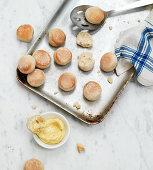 Minibrötchen mit Butter