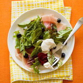 Prosciutto salad with blueberries
