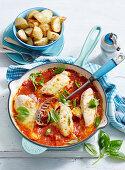 Gefüllte Hähnchenbrust in Tomatensauce mit Ofenkartoffeln