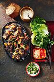 Gegrillte Chili-Schweinerippchen mit Erdnusssauce (Korea)