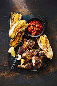 Gegrilltes Huhn mit Maiskolben und Tomatensalat (Louisiana, USA)