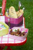 Fleischbällchen mit Fladenbrot zum Picknick