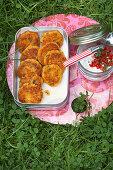 Kartoffel-Krebsküchlein mit Tomatenquark zum Picknick