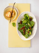 Spinach salad with dried tomatoes and scallops