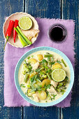 Green chicken curry with potatoes, beans and broccoli (Asia)