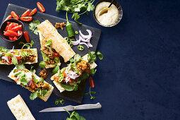Bombay Beef Buns: Brötchen mit Rindfleisch und Limetten-Joghurtdip (Asien)
