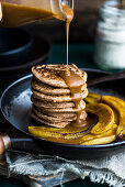 Spelt pancakes with bananas and vegan caramel sauce (vegan)