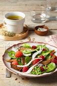 Spinatsalat mit Erdbeeren, Pilzen und Himbeeren